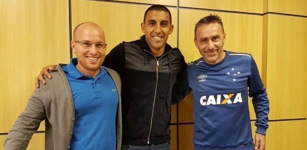 Reforço do Cruzeiro, Ramón Ábila ao lado do diretor de futebol Thiago Scuro e do técnico Paulo Bento - Cruzeiro/Divulgação