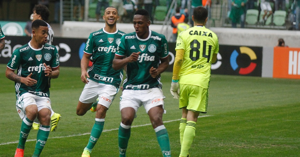 Jogadores do Palmeiras comemoram gol marcado pelo colombiano Mina na partida contra o Coritiba