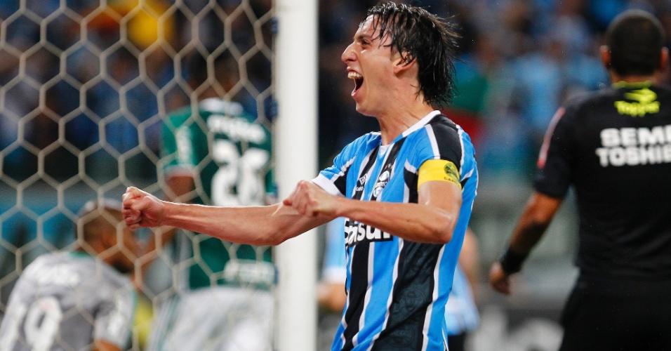 Pedro Geromel comemora vitória do Grêmio contra o Palmeiras, na Arena