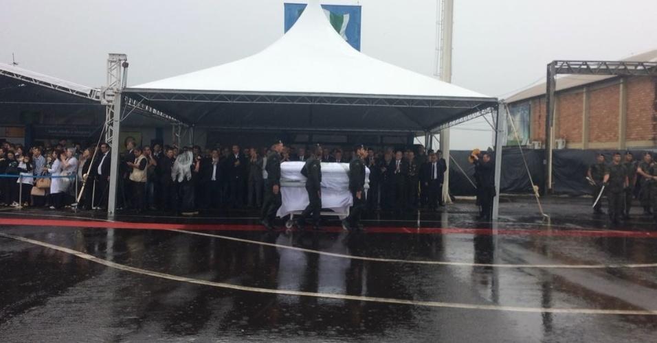 Caixão de vítima de desastre passa em frente a famílias e ao presidente Michel Temer