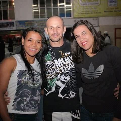 Aline, Ricardo e Bianca Sattelmayer, lutadores de MMA, que vivem uma união poliafetiva em São José dos Campos (SP)