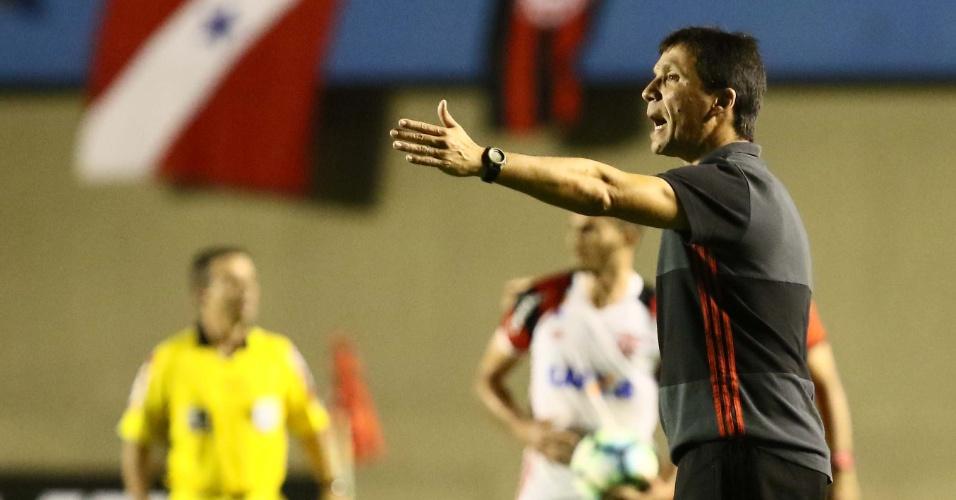 Zé Ricardo tenta instruir o Flamengo contra o Atlético-GO