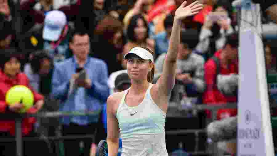 Maria Sharapova acena após vencer Mihaela Buzarnescu no WTA de Shenzhen - AFP