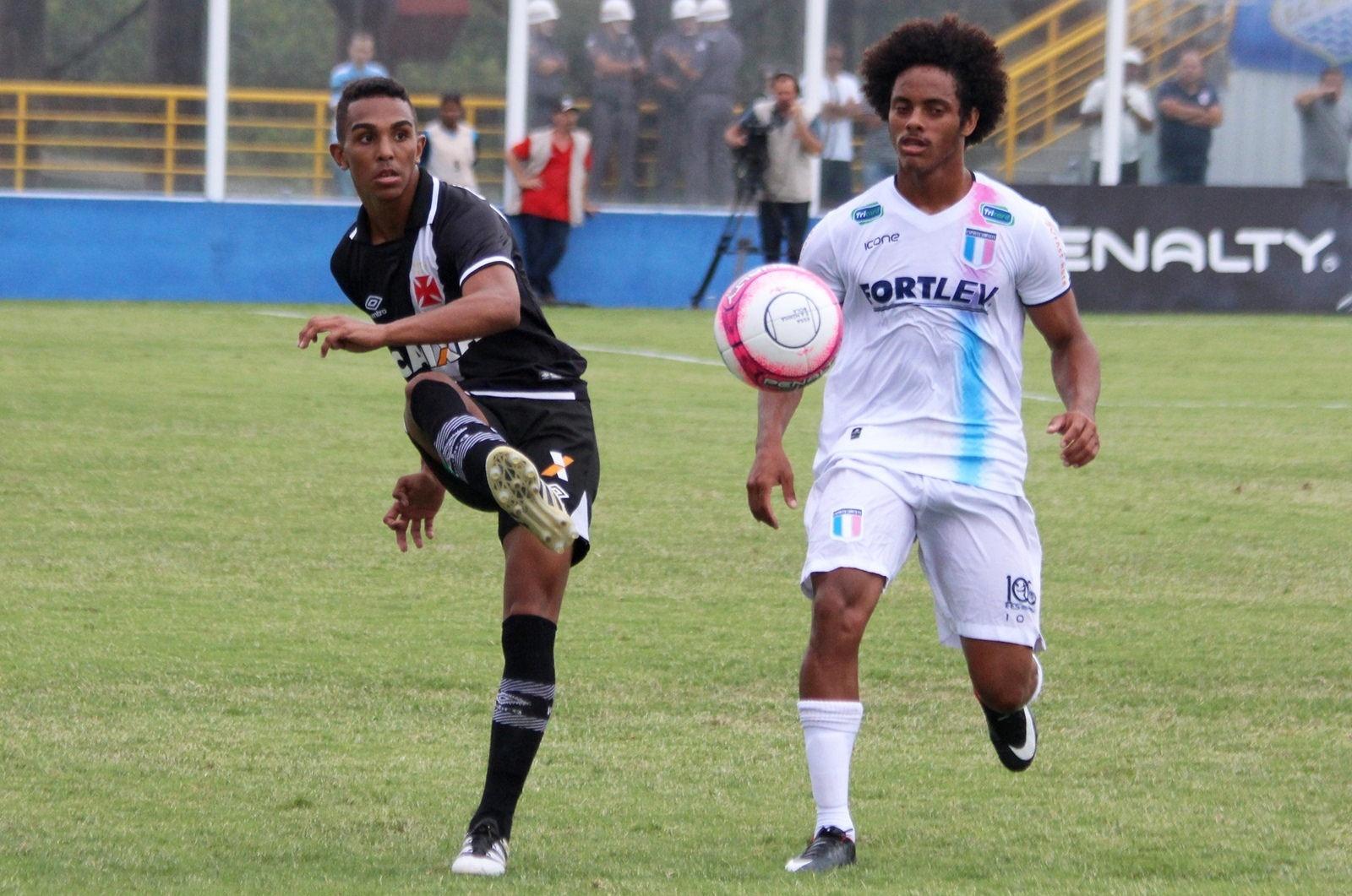 Jogadores de Vasco e Espírito Santo disputam a bola na Copinha