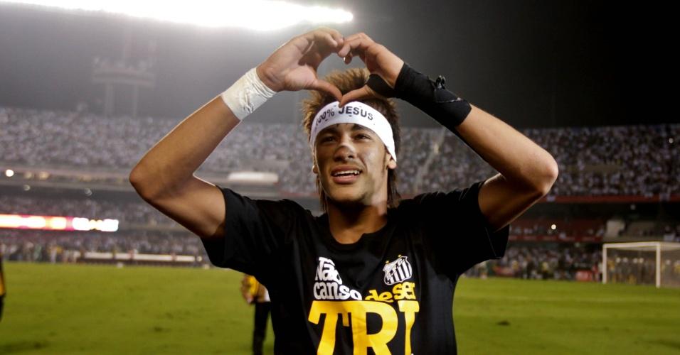 Neymar comemora o título paulista de 2012, pelo Santos, com a camisa