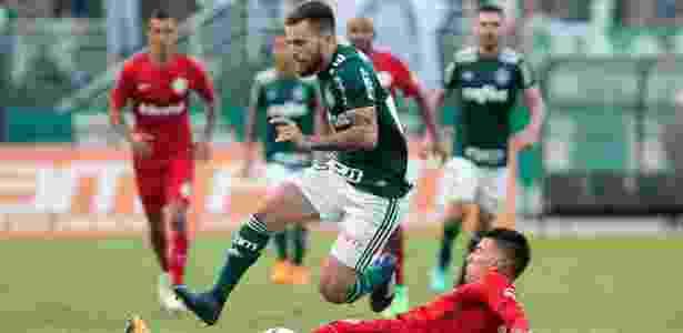 Lucas Lima disputa bola contra o Inter - Daniel Vorley/AGIF - Daniel Vorley/AGIF