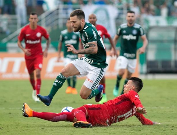 Lucas Lima tenta passar por Victor Cuesta no jogo entre Palmeiras e Internacional