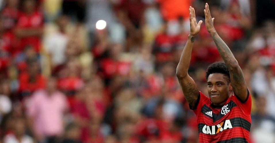 No Maracanã, o atacante Vitinho recebe apoio da torcida em sua chegada ao Flamengo