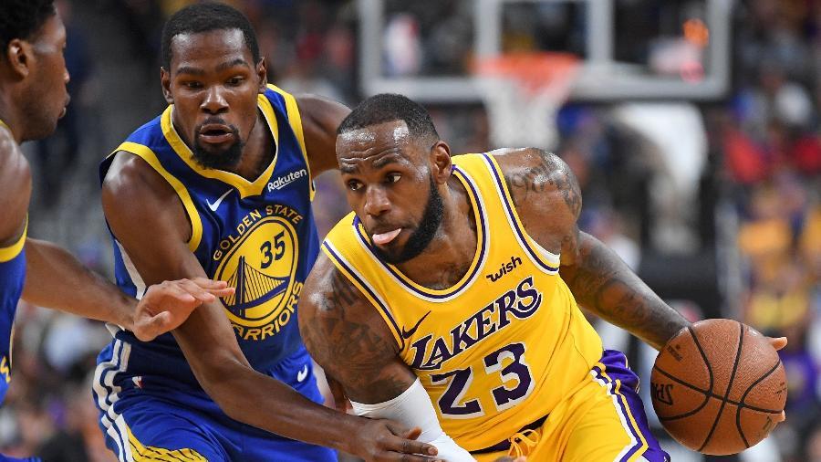 LeBron encara marcação de Durant no jogo entre Los Angeles Lakers e Golden State Warriors, em 2018 - Stephen R. Sylvanie-USA TODAY Sports