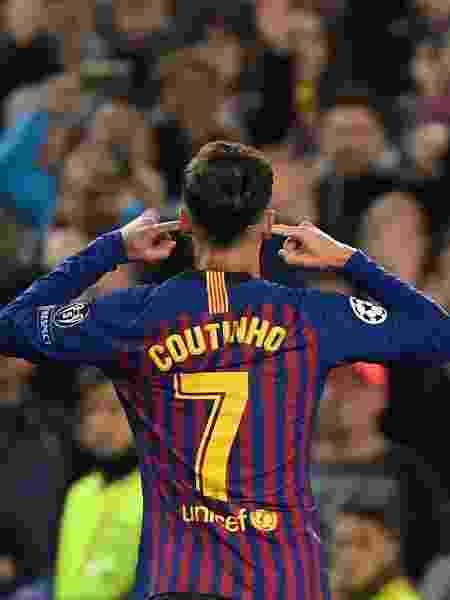 Coutinho comemora gol do Barça e coloca dedos nos ouvidos - LLUIS GENE / AFP