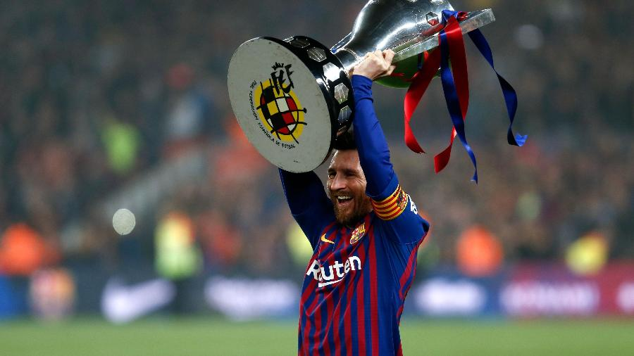 Lionel Messi troféu Barcelona - Pau Barrena/AFP