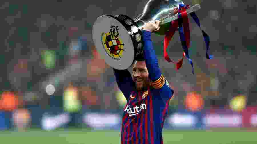 Lionel Messi ergue troféu para o Barcelona - Pau Barrena/AFP