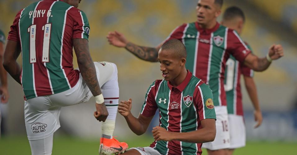 João Pedro comemora com Yony Gonzalez após marcar para o Fluminense contra o Atlético Nacional contra o Copa Sul-Americana