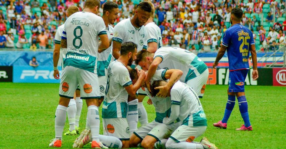 Fabio Sanches comemora após marcar pelo Goiás contra o Bahia