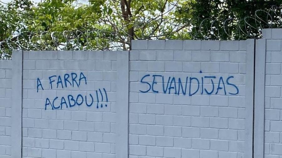 Funcionários do Cruzeiro tiveram que apagar frases pichadas contra diretoria e jogadores do clube - Reprodução/Internet