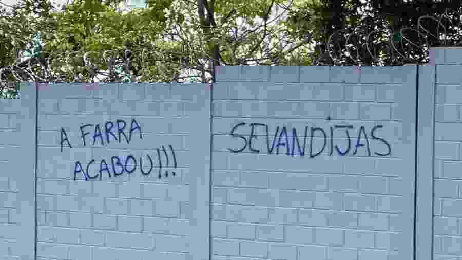 Vocabulário mais culto chamou atenção em pichação no muro da Toca da Raposa II - Reprodução/Internet
