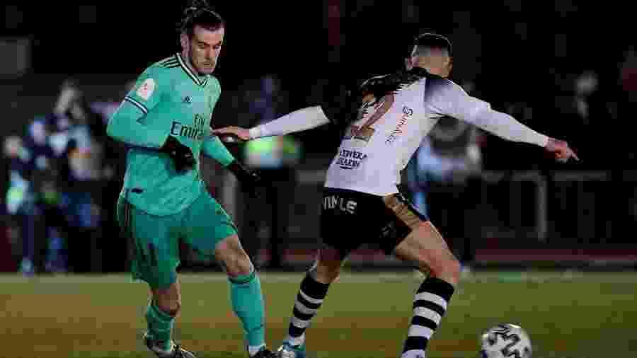 Gareth Bale, do Real Madrid, em disputa de bola com Juan Gongora, do Unionistas de Salamanca, no Estádio El Helmántico - Javier Soriano/AFP