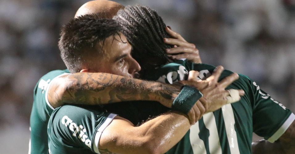 Willian e Luiz Adriano comemoram gol do Palmeiras