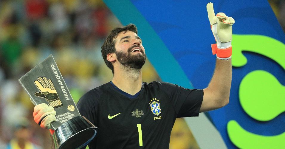 Alisson recebe prêmio de melhor goleiro da Copa América de 2019
