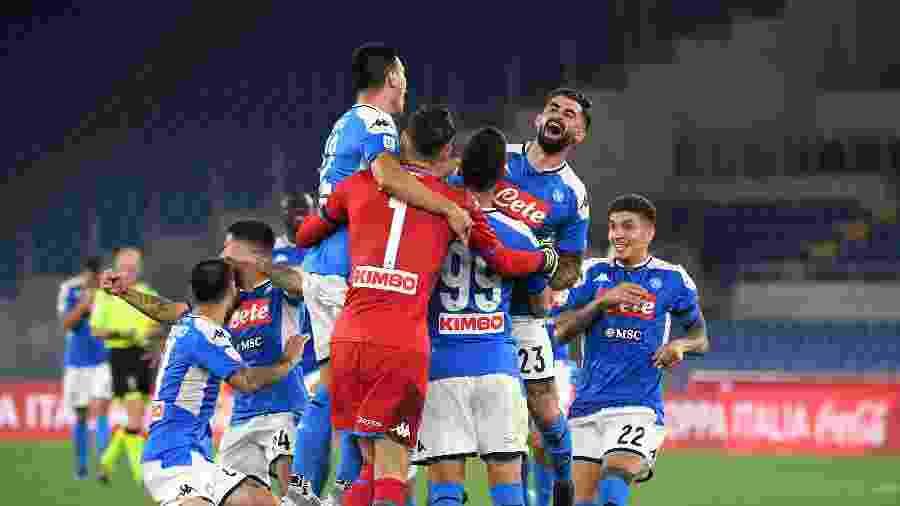 Jogadores do Napoli comemoram título da Copa da Itália após vitória nos pênaltis contra a Juventus - REUTERS/Alberto Lingria