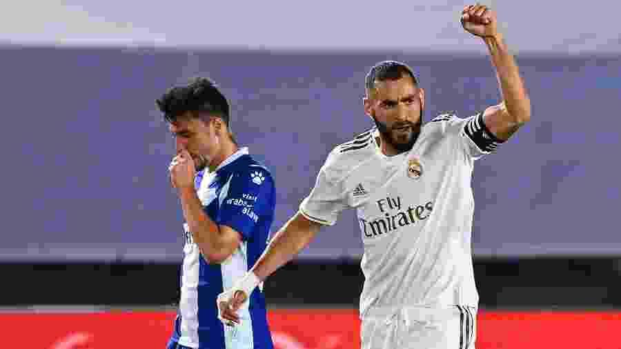 Benzema comemora gol do Real Madrid contra o Alavés, pelo Campeonato Espanhol - GABRIEL BOUYS / AFP