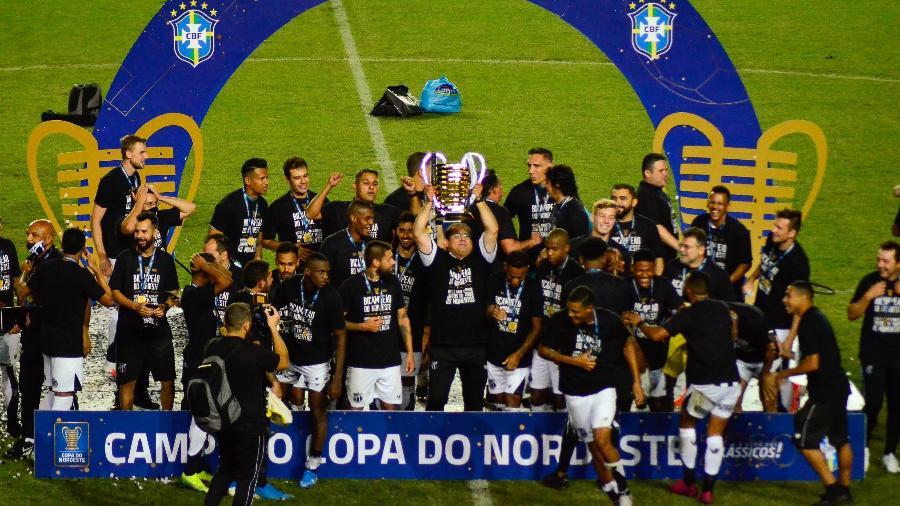 Guto Ferreira, técnico do Ceará, levanta a taça da Copa do Nordeste 2020 - Jhony Pinho/AGIF