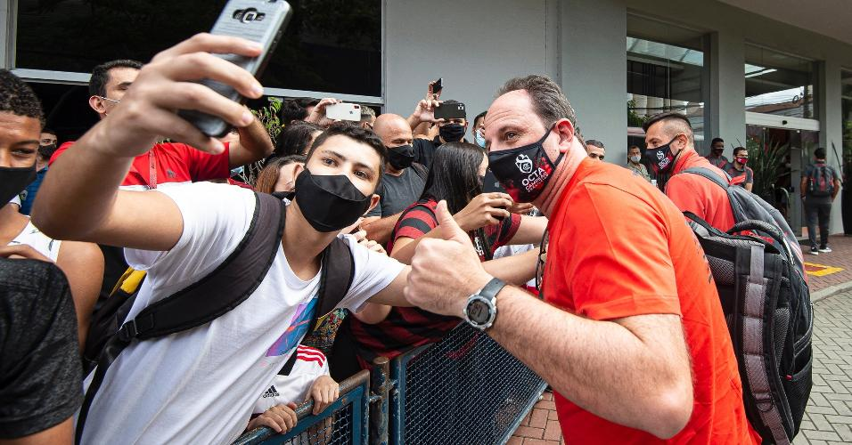 Rogério Ceni interage com torcedores rumo ao Maracanã.