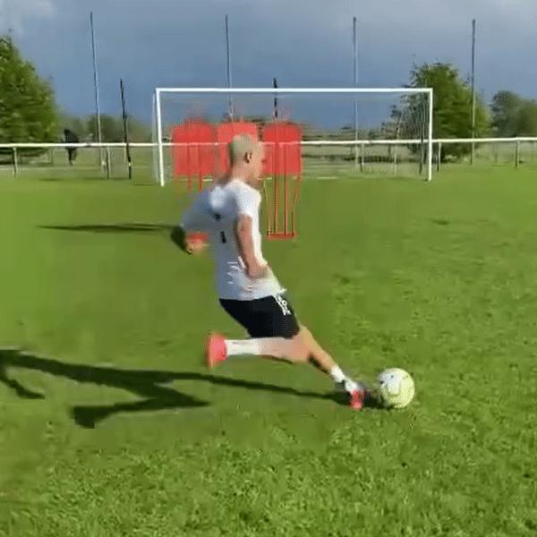 Romeo, filho de David Beckham, compartilhou vídeo de golaço de falta nas redes sociais