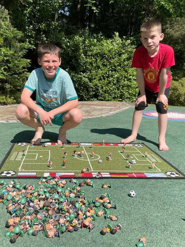 Kai e Klay, filhos do ex-jogador Rooney, com sua coleção de minicraques