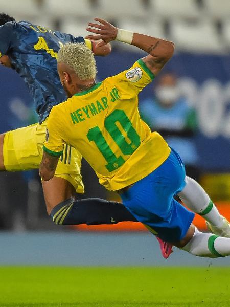 Neymar cai após dividir bola com jogador da Colômbia  - Thiago Ribeiro/AGIF