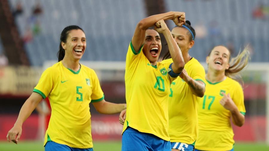 Marta presta homenagem a sua noiva, Toni Deion Pressley, após marcar um dos gols do Brasil contra a China na estreia da Olimpíada - REUTERS/Molly Darlington