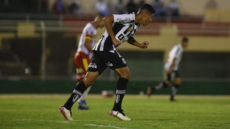 Vinicius Balieiro em ação pelo Santos contra a Juazeirense - Ivan Storti