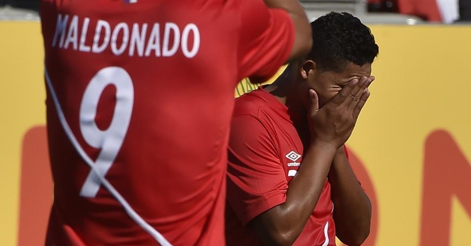 Peruanos lamentam o gol sofrido na partida contra o Brasil