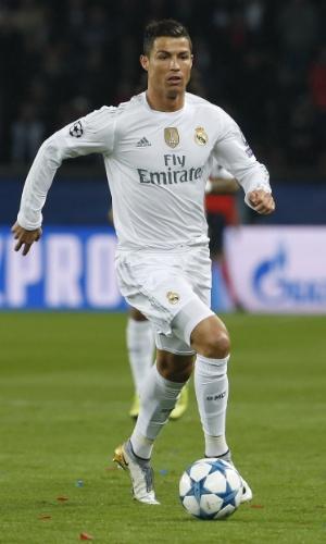 Cristiano Ronaldo conduz a bola na partida entre PSG e Real Madrid pela Liga dos Campeões