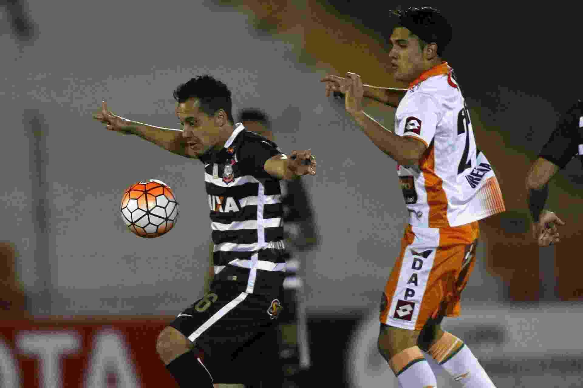 Rodriguinho tenta o domínio de bola para o Corinthians contra o Cobresal na Libertadores - REUTERS/Jaime Maldonado