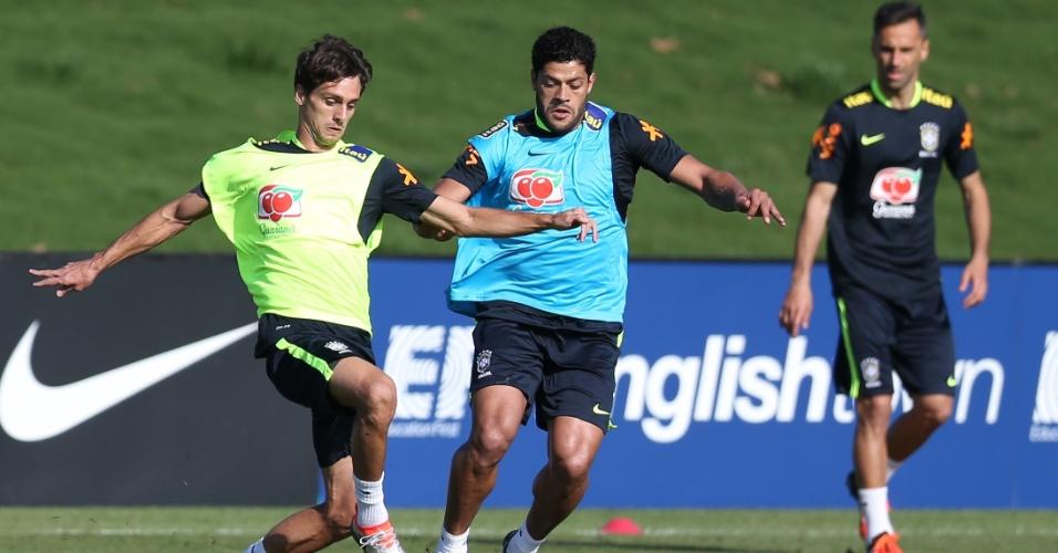 Rodrigo Caio e Hulk disputam bola no primeiro treino com bola da seleção brasileira