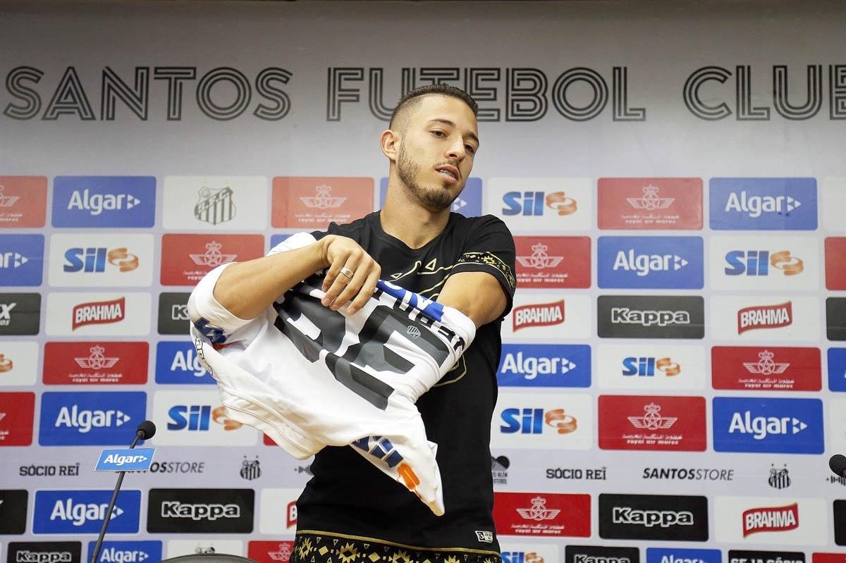 8809152e7b Novo meia do Santos escolhe camisa de  azarão  e pretende estrear domingo -  10 06 2016 - UOL Esporte