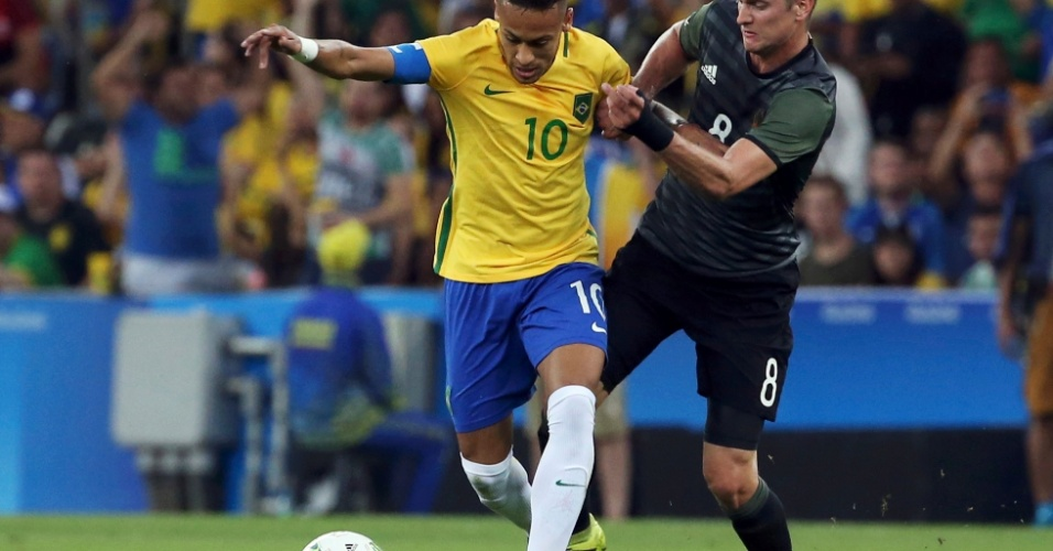 Neymar e Lars Bender, da Alemanha, em ação