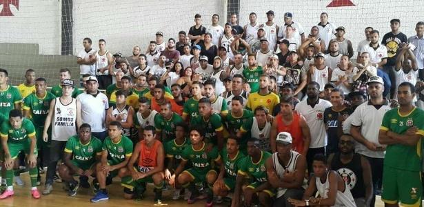 Elenco do Vasco e organizadas posam para fotos dia 10 de novembro