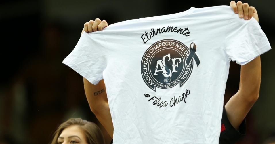Na Arena da Baixada, torcedores do Flamengo exibem camisa de apoio à Chapecoense antes de duelo contra o Atlético-PR