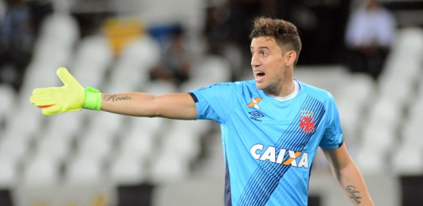 Martin Silva tem camisa do Vasco personalizada com as cores do Uruguai