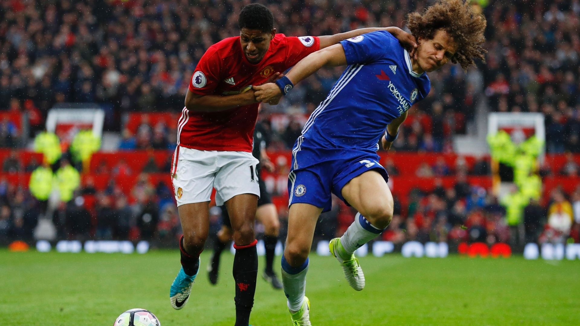 David Luiz disputa bola com Rashford