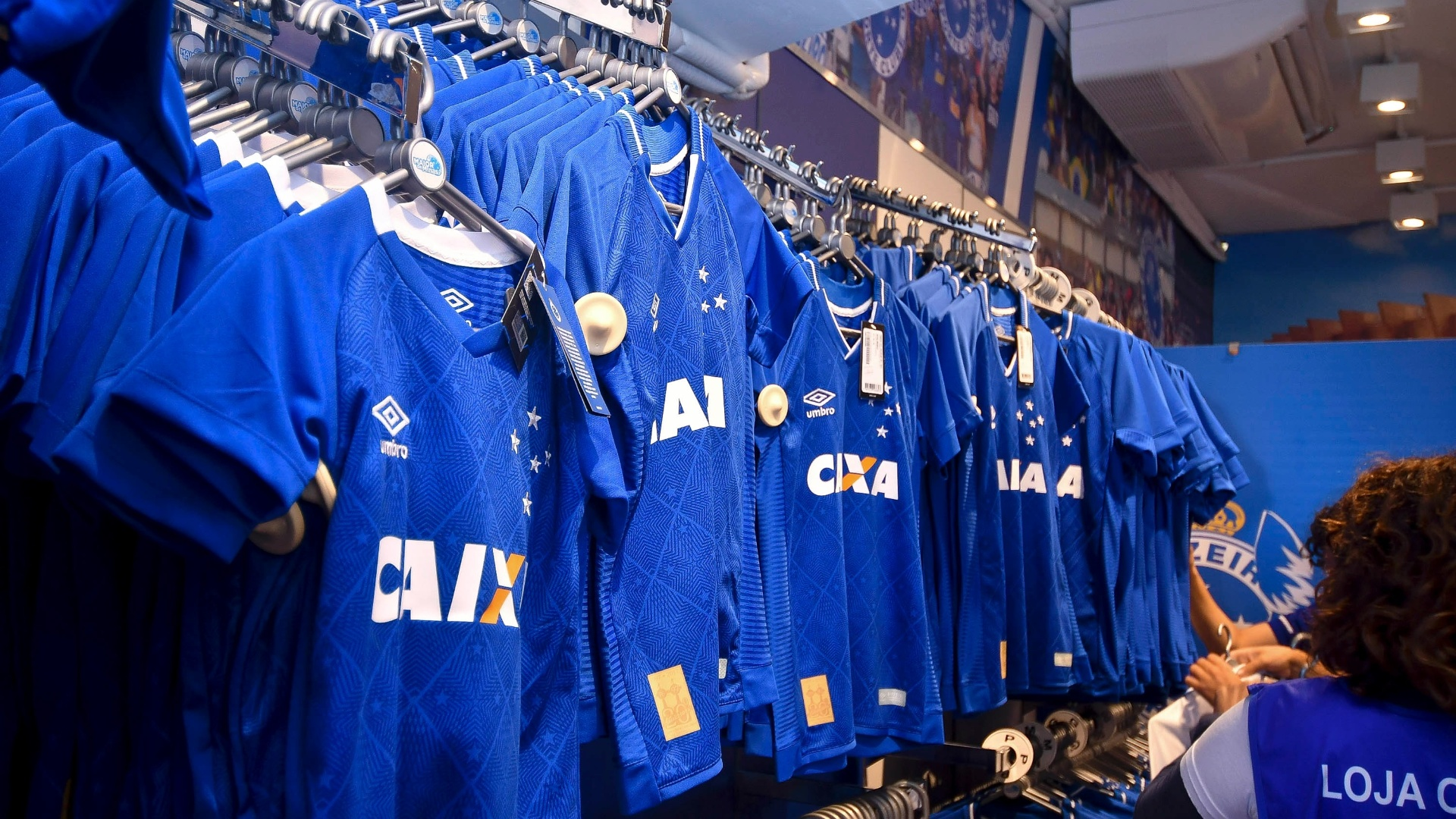 Cruzeiro lança novo uniforme para 2017