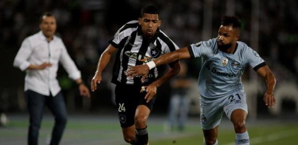 Matheus Fernandes, do Botafogo, disputa lance com Fernandinho, do Grêmio