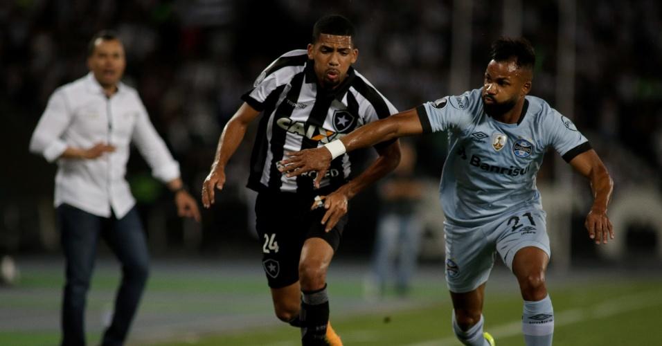 Matheus Fernandes do Botafogo disputa lance com Fernandinho do Gremio no estadio Nilton Santos