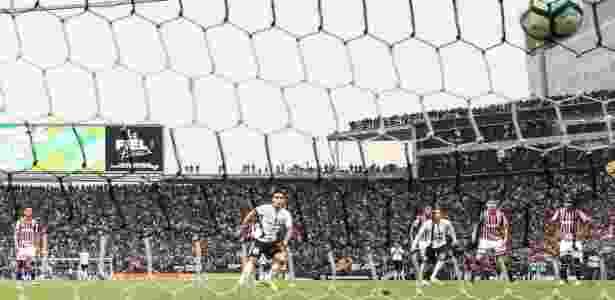Jadson marca, de pênalti, contra o São Paulo - Ricardo Nogueira/Folhapress - Ricardo Nogueira/Folhapress