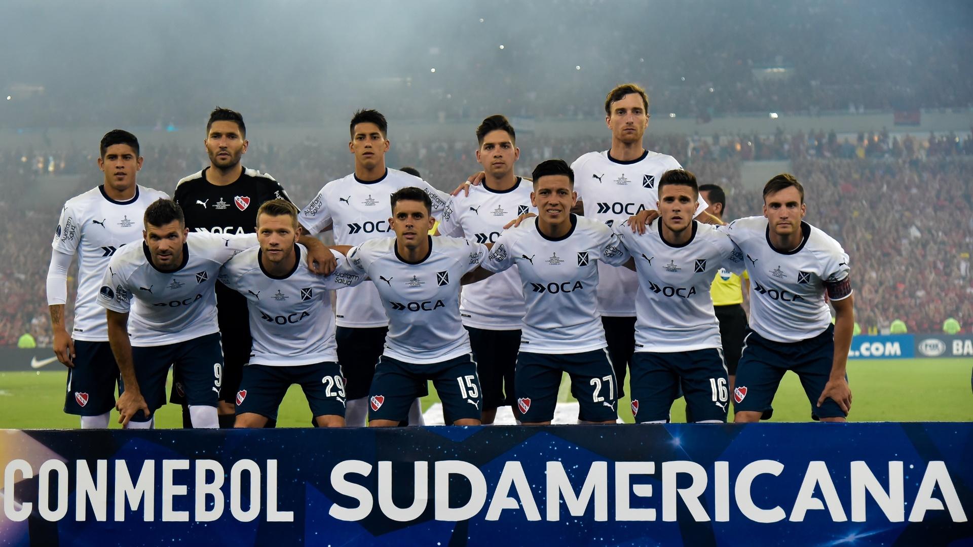Time do Independiente posa para foto antes da final da Sul-Americana