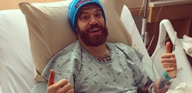 Devin Powell depois da cirurgia no testículo; acidente em treino