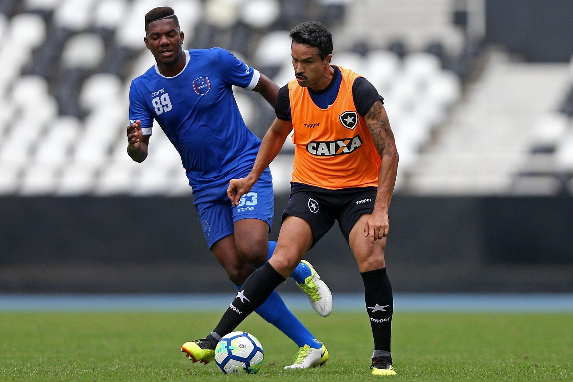 1945f87e12 Substituto de Matheus Fernandes é a dúvida do Botafogo contra Paraná -  24 11 2018 - UOL Esporte