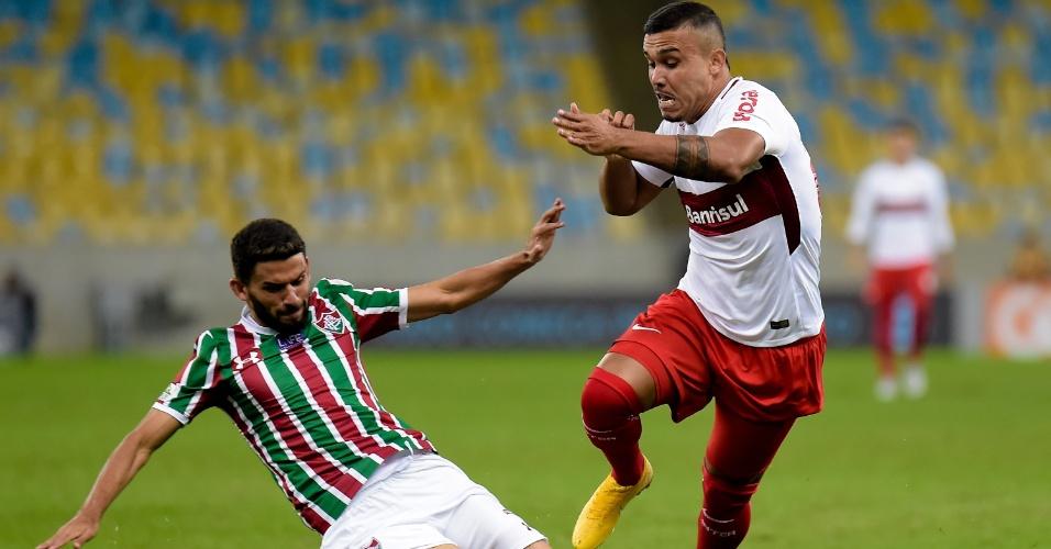 Jadson tenta desarmar Pottker no jogo entre Fluminense e Internacional